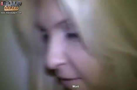 Блондинка поддалась на обаяние парня и согласилась на секс