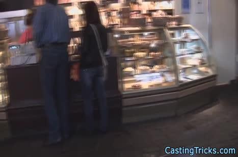Мужик подцепил симпатичную русскую бабенку в магазине