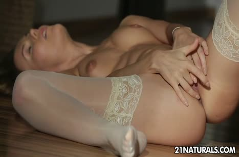 Русская молодка в чулках мило мастурбирует на полу
