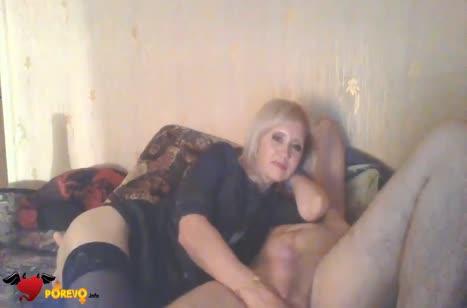 Русская блондинка с усердием сосет большой член перед камерой