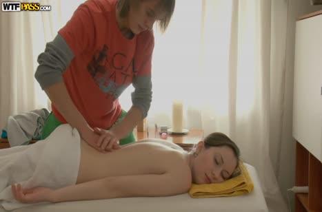 Пошлый массажист позарился на пилотку молодой русской пациентки