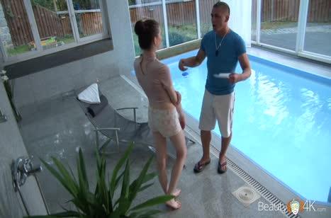 Деваха поплавала в бассейне и после отдалась мужику
