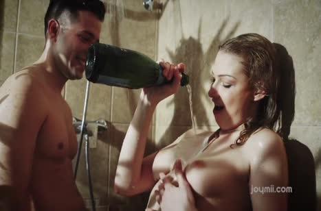 Облапал русскую девушку в душе и устроил красивое соитие в постели