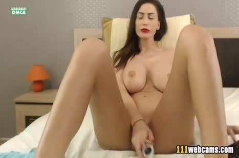 Бабенка с большой грудью транслирует свою мастурбацию в интернет