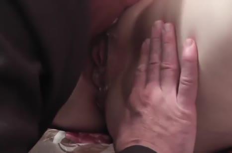 Мужик с русской женой снимают домашний секс на кухне