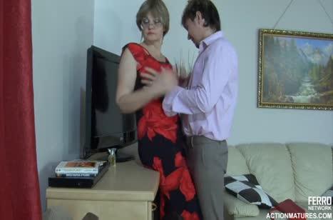 Бывалая самка не устояла перед напористым ухажером и дала ему