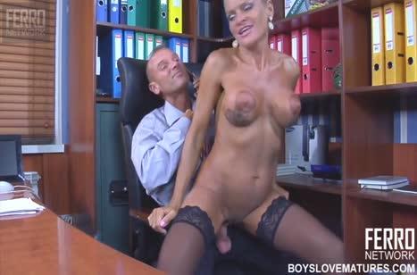 Обходительная секретарша легко встала раком перед боссом